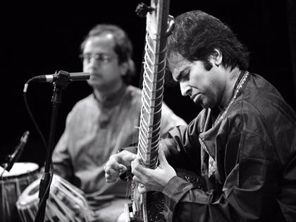 Yogesh Samsi (background) accompanies Purbayan Chatterjee, Darbar Festival 2008 (photo: Arnhel de Serra)